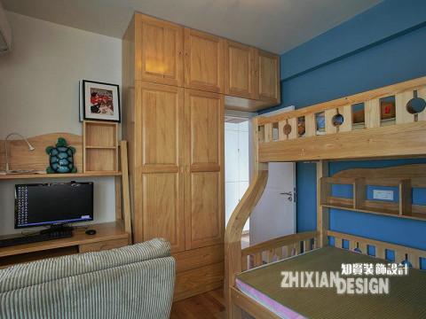 卧室设计的格局与我们常见的迥然不同,柜子完全嵌在入门处,将原本闲置的空间高效利用起来。横向空间不能满足需要的时候,将纵向空间利用起来不失为好的idea。上下双层的叠加床,很好的解决了生活难题