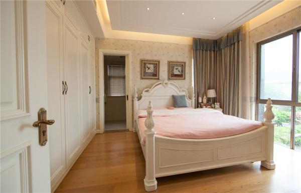 布艺沙发组合有着丝绒的质感以及流畅的木质曲 线, 将传统欧式家居的奢华与现代家居的实用性完美地结合。