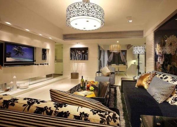 客厅整体色调采用米黄色让整个空间充满一种温馨的感觉,低矮的电视柜与地面融为一体,让人不会有拥挤的感觉。