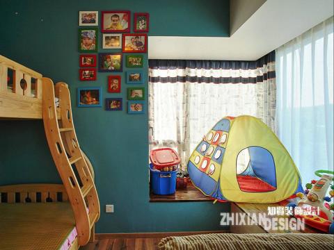 深蓝色墙面,配上诸如照片、帐篷、玩具之类鲜活的生活缩影,小小的卧室并未因空间有效而显得逼仄拥挤,反而充满了生活的情致。设计改变生活,所言不虚,信也
