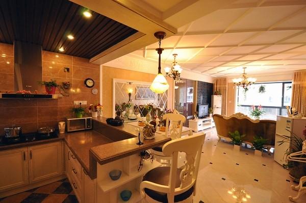 客厅和厨房连接的开放式厨房,还设有吧台椅子方便简洁 。