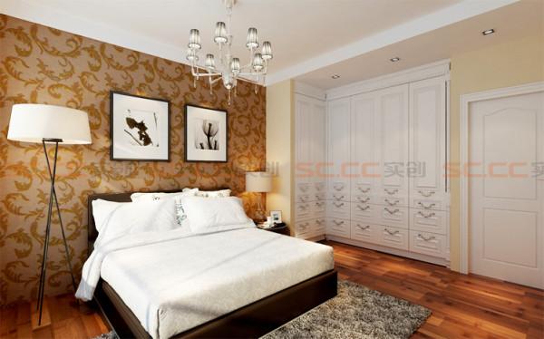 卧室贴深色的壁纸作为床头背景,和同样色系的地板相呼应,给空间营造出安静优雅的氛围,边上一组嵌入式的衣柜增加了卧室的功能性。