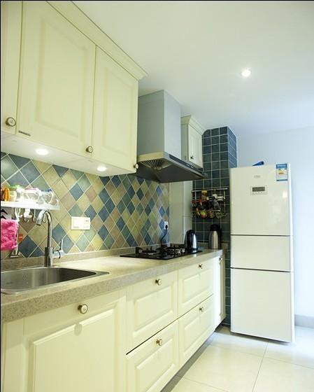 厨房用格子墙砖装饰,符合地中海风格