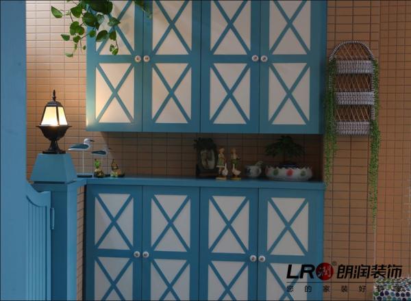 客厅入户的带储物功能的鞋柜,简单清新,而且实用。