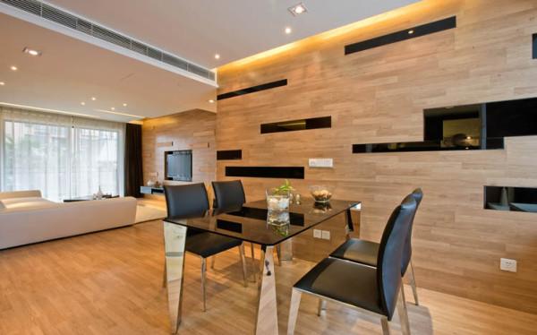 大气的开放式厨房配上一个餐厅,展示了业主精心挑选的家具,同时从视觉上扩大了空间感。