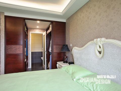 主卧的设计,确实有让人惊艳的设计之妙用,移门推拉门之后别有洞天,对称设计的半敞开式衣柜,中间是通可溶一人通过的通道,主卧卫浴便藏于通道尽头。'