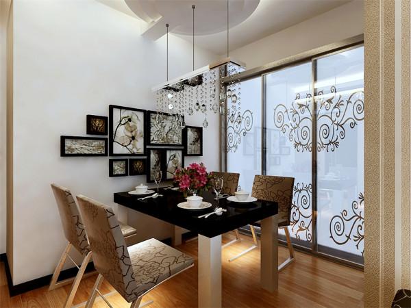 餐厅是家居生活的心脏,不仅要美观,更重要的实用性,整体性。餐厅的灯光很重要既不能太强又不能太弱,灯光则以温馨和暖的黄色为基调,顶部做了简单的吊顶。墙面布置成照片墙,记录家庭的点滴。
