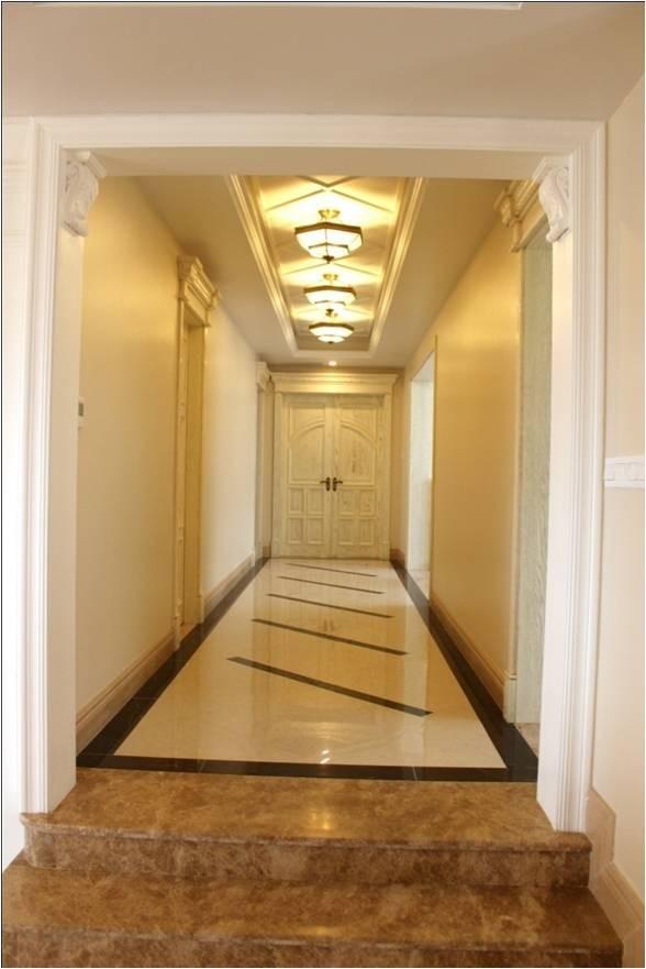 走廊是错层空间主卧门改到走廊尽头做成双开门,体现主人门第高贵,走廊设计错落吊顶,客户说好像有点卢浮宫的感觉。