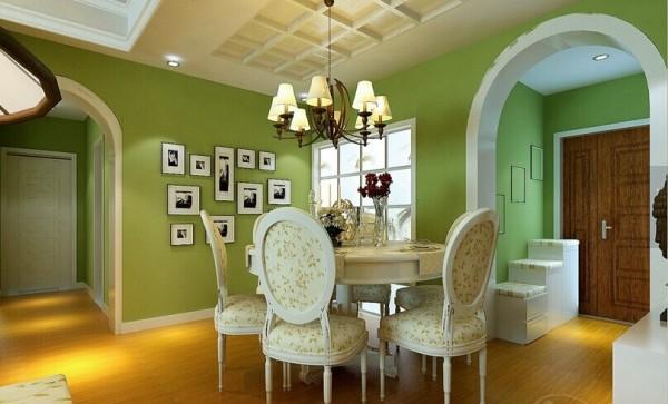 餐厅的装饰主要由四个部分组成:餐厅背景墙、照片墙、拱形门和厨房磨砂推拉门