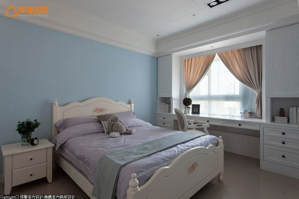 整体用色淡雅清新,以水蓝色为基底作为铺陈,床单时也挑选粉灰色来映衬空间主题。