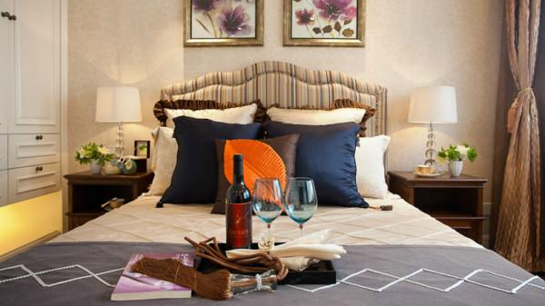 例如沙发需要靠枕。茶几需要地毯,餐桌需要餐布,床需要窗帘和床单陪衬等,软装搭配是现代风格家具装饰的 重点。
