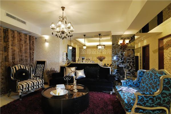 绒面的材质加上硬挺的复古轮廓的沙发,三款不同造型和花色的搭配使客厅看起来更具特色.