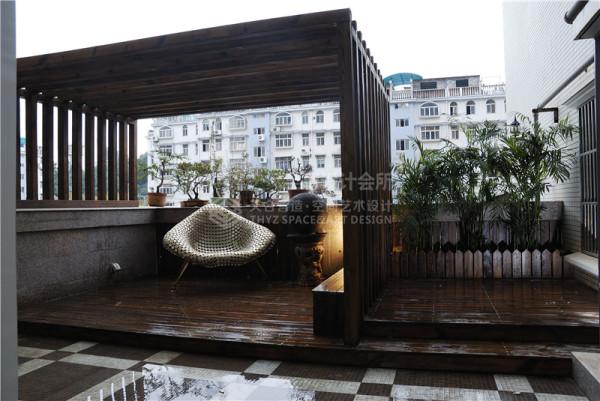 木头搭建的地台与木头搭建的棚子带人来到了一个复古、自然的世界.铁质的沙发和铁质的工艺品,仿佛把异国风情融入了家中.设计师精心的设计让这个露台变成了不可忽视的重要角色.