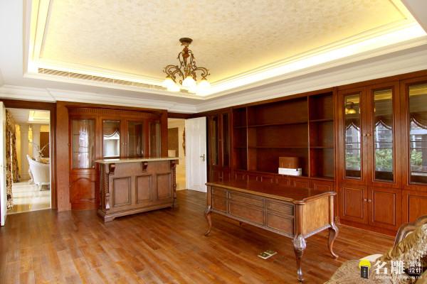 名雕装饰设计—中信红树湾—简欧四居室—书房:书房和客厅之间两扇隐形门,使两个空间若隐若现。
