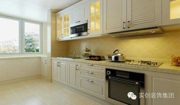 厨房瓷砖采用仿古砖,墙面斜铺的效果让欧式风情更加浑然天成。厨房是盛产美食的天堂,米白色厨柜,干净、清爽,双色石英石台面上果香四溢。置身厨房,让清爽、纯净与美味结合,体会无上的温馨舒适。