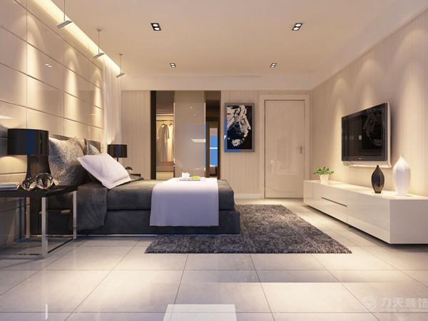 卧室最大的一个亮点就是衣柜是内嵌式的,这样避免了衣柜打破空间的整体性,也增大了卧室的空间。卧室的地面满铺灰色的地砖。床背景墙有一个内嵌式灯带,增加了顶面的层次感,同时更突出了室内的灯光感。
