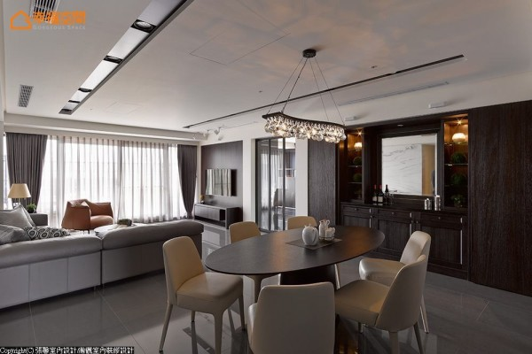 椭圆形的餐桌,柔化深色沉稳气氛,而无色彩的玻璃主灯,呼应屋主喜好,散发淡淡的华丽感。