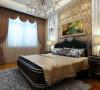 主卧的设计突出了浓厚的欧洲古典文化,以大的结构块面将墙壁屋顶用欧式石膏线划分开,金黄色的床头墙面壁纸,又将整个卧室的典雅欧洲气息烘托的恰到气氛。