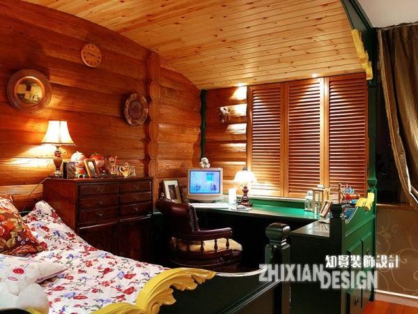 次卧兼书房延续了主卧的用色基调,但比之更见浓郁。视线所及的屋顶、墙壁都被木头沾满,轻易不漏一寸墙面,俨然山间小屋般充满了淳朴的气息。