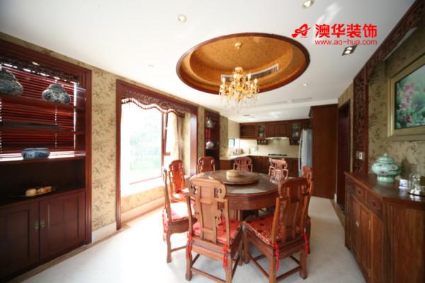 开放式的厨房与餐厅延续弥漫着清幽古朴的中国风,同色的实木雕花橱柜与餐桌椅让空间整体色调更为清新和谐。每当午后的阳光透过落地窗进去客厅,身心变得暖洋洋的,空间洋溢着家的温情。