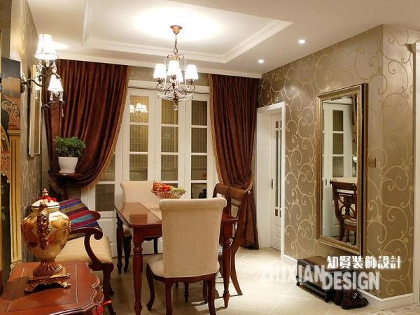 餐厅全景,精致小巧的餐桌椅盘踞与空间的正中,设计打通阳台和内室的墙体而后安上的同一面墙等规模的格子窗,最是抢眼,落地而下颇有几分宫廷华美的落地窗帘,颇有几分情致。