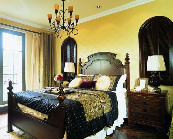 二层父母房,卧室布置较为温馨,作为私密空间,主要以功能性和实用舒适为考虑的重点,多用温馨柔软的成套布艺来装点,同时在软装和用色上非常统一。