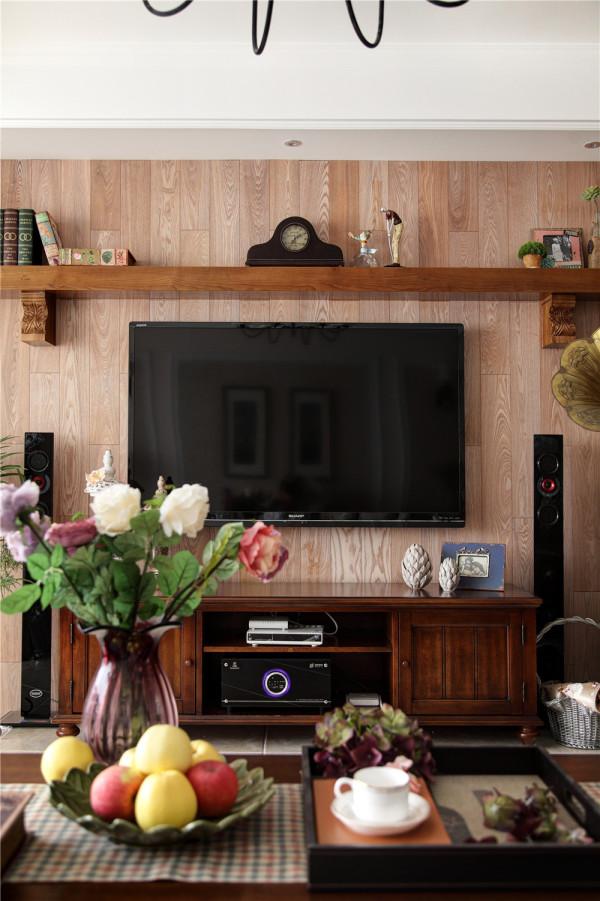 在餐厅部位户型造型下作了两层简单的隔板,与客厅电视墙遥相呼应,餐厅古铜色的美式造型吊灯下
