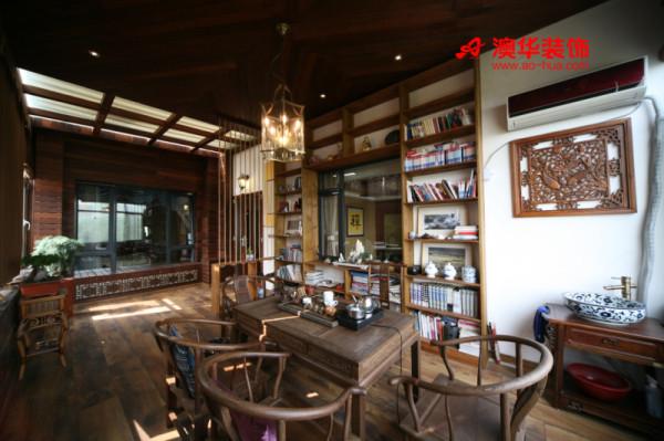 古朴的中式茶室是由户外阳台改造而成,踏入茶室,总会不自觉的放慢放轻自己的脚步:带有岁月痕迹的实木建筑,清香扑鼻的龙井茶,光线迷蒙的复古吊灯,有书香与茶香相伴,生活宁静而美好。