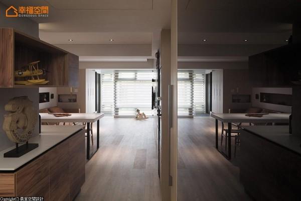 从餐厨空间转入后阳台的一隅,一侧以端景的方式让客浴空间得以缓冲,一侧则以烤玻的质材放大空间视效。