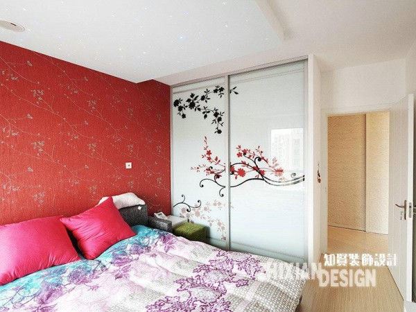 枚红色的壁纸铺贴俨然是卧室最炫眼的风景,连空气都沾染了其花枝招展的妖娆风情。仔细观看,我们不难发现卧室另一处亮眼的设计——吊顶的星空设计,星星点点,熠熠生辉,圆了女主人的浪漫情结。