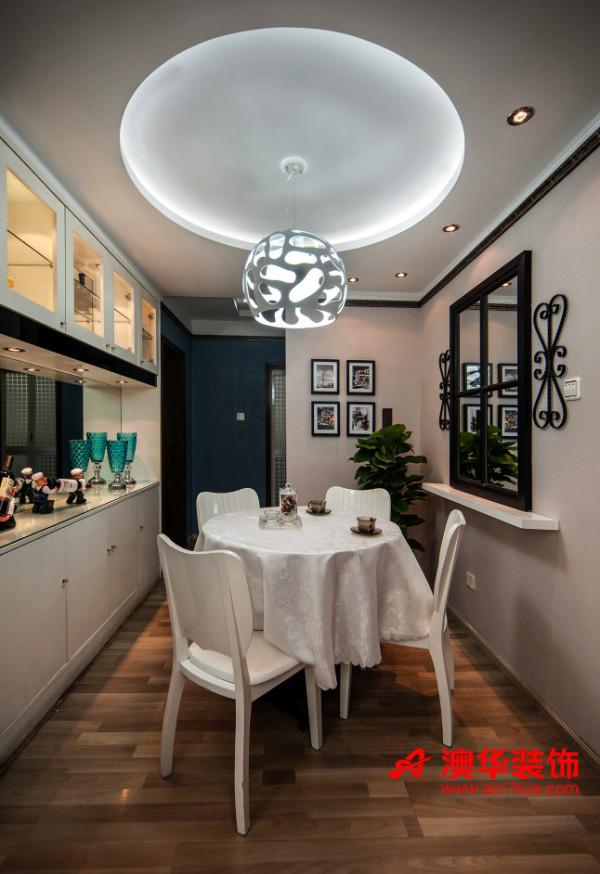 餐厅延续着小清新的风范,白+蓝的色彩搭配,尽量维持了北欧小清新的随意与自由。     别致的圆吊顶配上雪白镂空吊顶,俏皮活泼,满满的都是家的温馨味道。