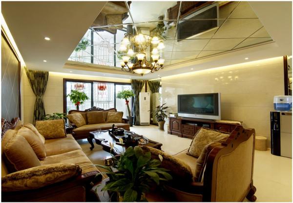 客厅大就是爽,欧式大沙发搭配水晶大吊灯,空间感强,顶面装饰镜,使空间更大,没有拘束,熬夜看球,毫无累意。