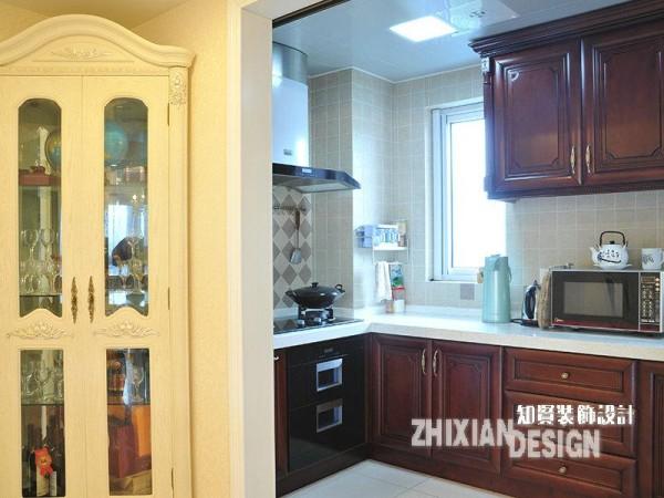 厨房隐于厅堂一角,寂寞无声,但却是不可忽视的重要存在。饮食作为生活的一部分,关乎格调,即使是烹饪之地也不甘平庸。褐色的一体式橱柜渲染出的大气厚重,让烟火之地有了不同于它处的格调。
