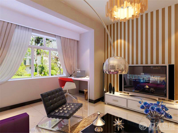 装饰品和画是起点缀作用,整个起居室是以暖色为主。