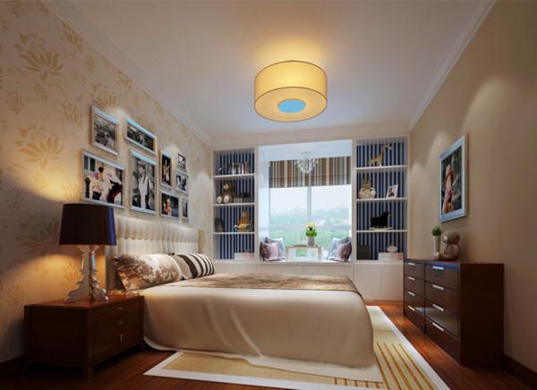 老人卧储物休闲娱乐融为一体。设计理念:老人卧的房间是由老人带着一个小女孩一起居住,因此这个空间需要更多的储物和娱乐空间,飘窗的使用既满足功能性需求又看起来大方得体。