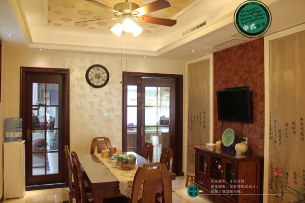 餐椅选择高靠背设计,舒适度很好;餐厅风扇灯的设计,方便夏天不习惯开空调的长辈,他们很喜欢。