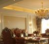 名雕装饰设计—香蜜湖一号华皓阁平层—欧式风格—客厅:抛光大理石与发光顶棚强强联合,再配以金色镶边,让整个客厅金碧辉煌