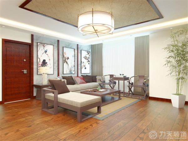 客餐厅顶面均为回字形吊顶,用以划分空间区域。客厅顶面加有一圈木色装饰,中间是壁布,与客厅地毯相对应;整体采用木色家具,电视背景墙两边是木质雕花,