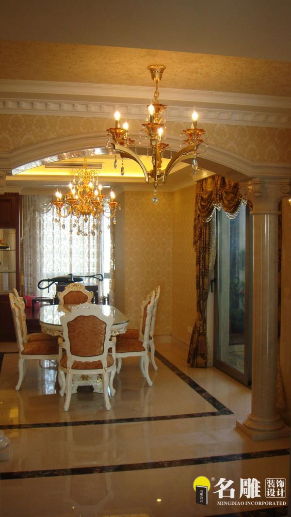 名雕装饰设计—香蜜湖一号华皓阁平层—欧式风格—餐厅:餐厅独立一个空间,利用暖色墙壁及窗帘的漫反射让整个空间在幽黄的灯光中营造出温情浪漫的就餐氛围
