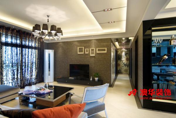 精英质感的深灰色墙纸+灰镜搭配,引入较多现代感的新型材料,使空间变得现代而时尚,硬朗的线条率真的表达出高端品质生活。     富有层次感的吊顶与灯光布置,烘托出灵动、有格调的客厅氛围。