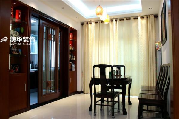 厨房门的设计充分利用了空间,既起到隔断空间阻止油烟扩散的作用,同时又是餐厅的酒柜,实用美观。