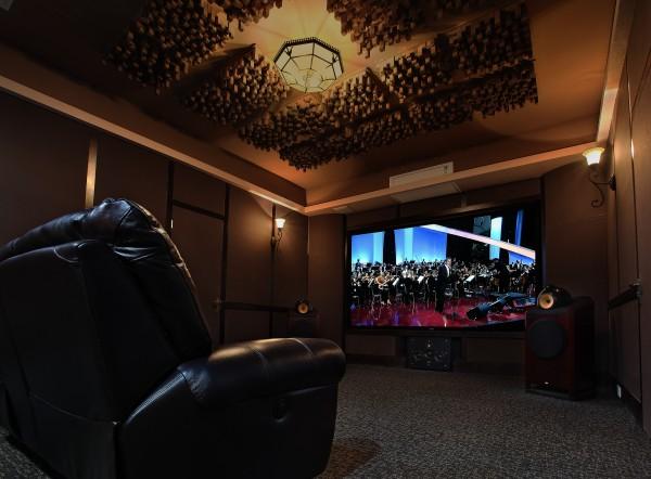 许多家用听音室即可欣赏音乐又可接待客人,要做到视听享受与美学的统一。为了兼顾听音效果应使长宽之接近于1.7:1为佳。一般听音室的面积大于15平米,以便重放立体声时,使两音箱间距约为2.5m左右利于展开立体声像群