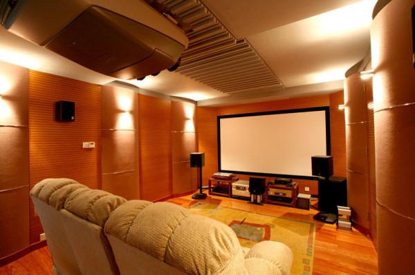 普通墙壁是干抹灰的砖墙,它的吸声系数很小.可以把四面墙做成木墙,或者做成木墙裙,装成波浪式,圆弧式,补丁式等等,可以更明显地改善窒内声学条件。