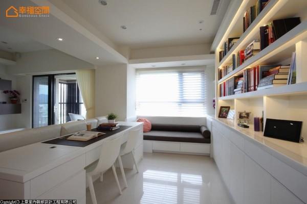 和客厅相融的书房内,特别规划舒适的窗边卧榻,让男主人可以在此午睡休憩。