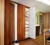 室内空间除了採用大量的木头材质,电视墙面特选橄榄绿的清新装饰客厅一角,也利用吊柜来延伸空间的视觉感受