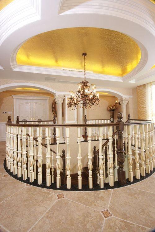 二楼护栏全景:采用经典的半圆形设计,圆润不失精致与吊顶和灯具相辉映。