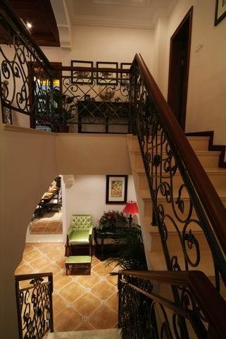 家具的主要特色是强调力度、变化和动感,沙发客厅的大部分处在挑空结构之下,大面积的玻璃窗带来了良好的采光,落地的窗帘很是气派。华丽的布面与精致的雕刻互相配合,把高贵的造型与地面铺饰融为一体。