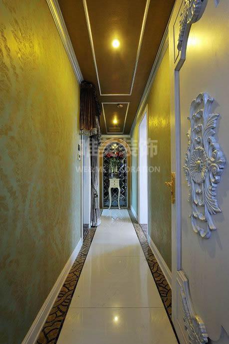 高贵典雅的长廊,走道尽头是镜面玻璃背景下的艺术端景柜。