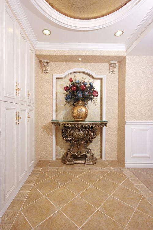 玄关尽头:一进门就可以看出主人家的品位,两边的鞋柜合理利用了空间。