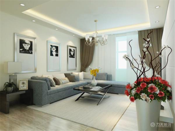 客厅沙发采用了拐角布艺沙发,沙发背景墙是简单的浅色乳胶漆和黑白挂画,经过简简单单装饰画的修饰,沙发背景墙既简约有大方,沙发柜与茶几形成了统一的黑色;